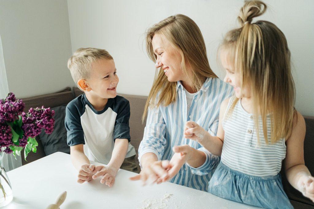familia feliz (hijo, mama, hija)