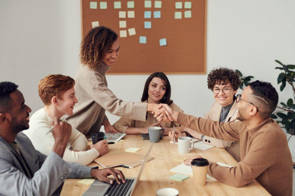 grupo de personas en oficina